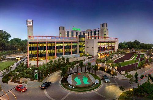 فتوس گوروگامام - اولین - شمال - هند - بیمارستان - به انجام روبوتیک جراحی جایگزین مشترک -